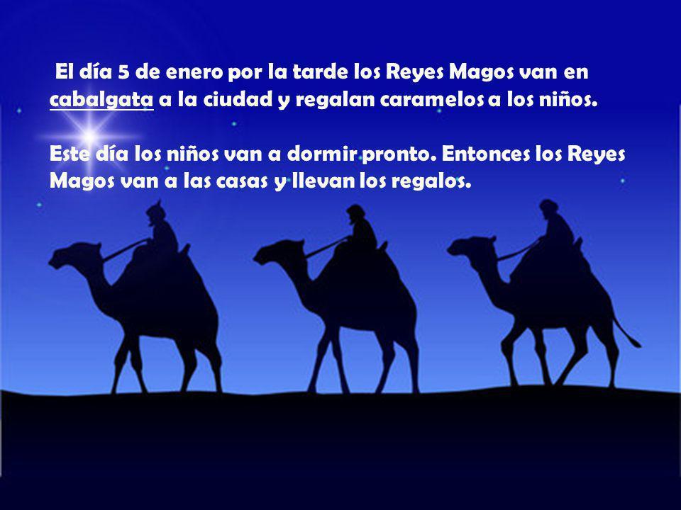 El día 5 de enero por la tarde los Reyes Magos van en cabalgata a la ciudad y regalan caramelos a los niños.
