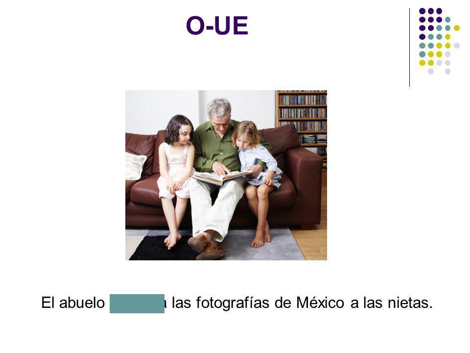 El abuelo muestra las fotografías de México a las nietas.