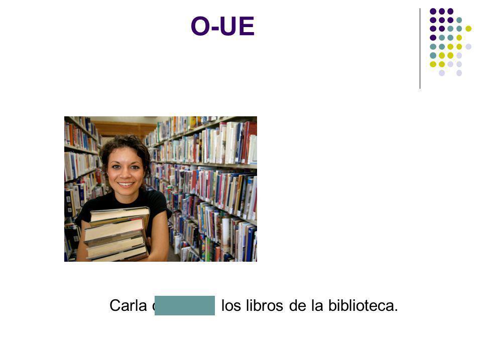 O-UE Carla devuelve los libros de la biblioteca.