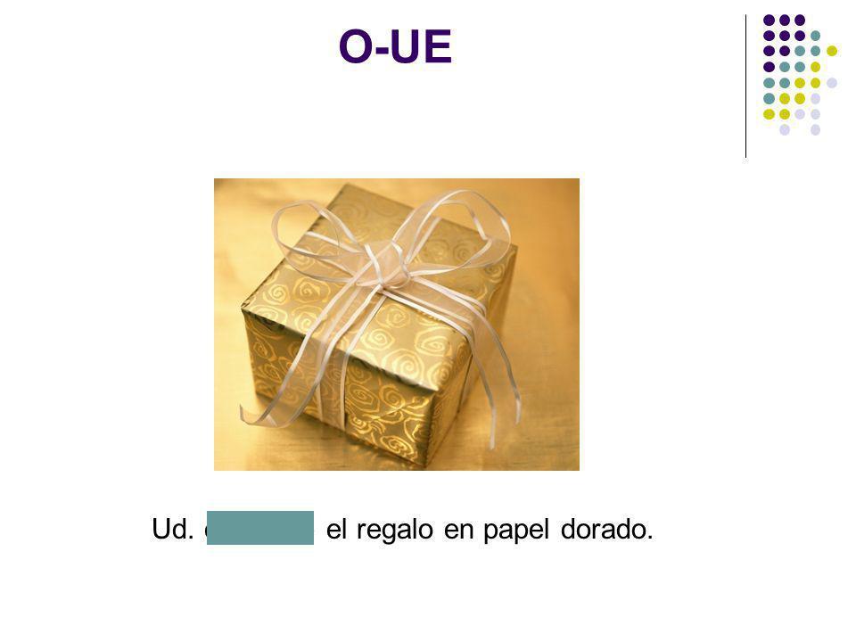 O-UE Ud. envuelve el regalo en papel dorado.