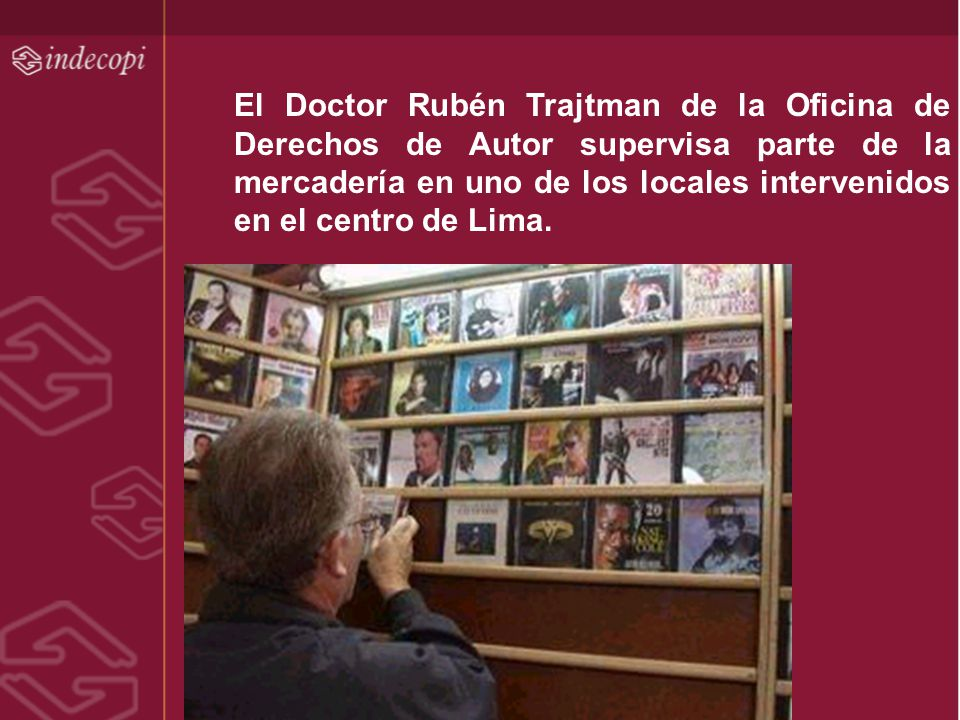 El Doctor Rubén Trajtman de la Oficina de Derechos de Autor supervisa parte de la mercadería en uno de los locales intervenidos en el centro de Lima.