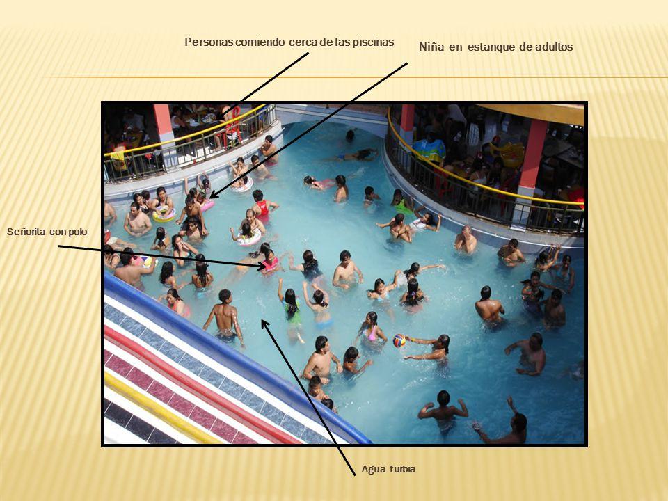 Personas comiendo cerca de las piscinas Niña en estanque de adultos