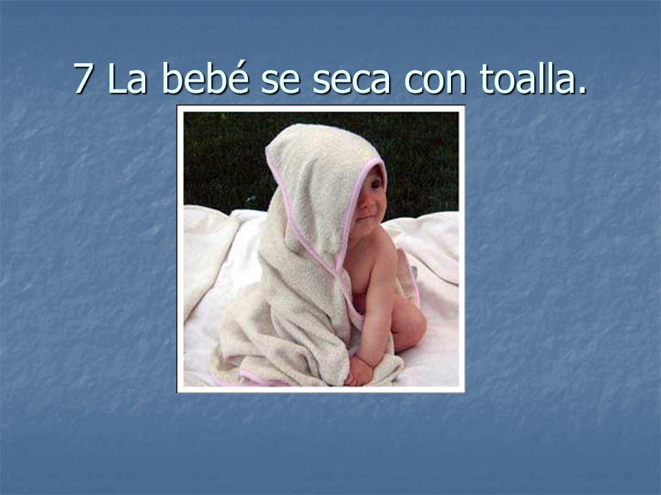 7 La bebé se seca con toalla.