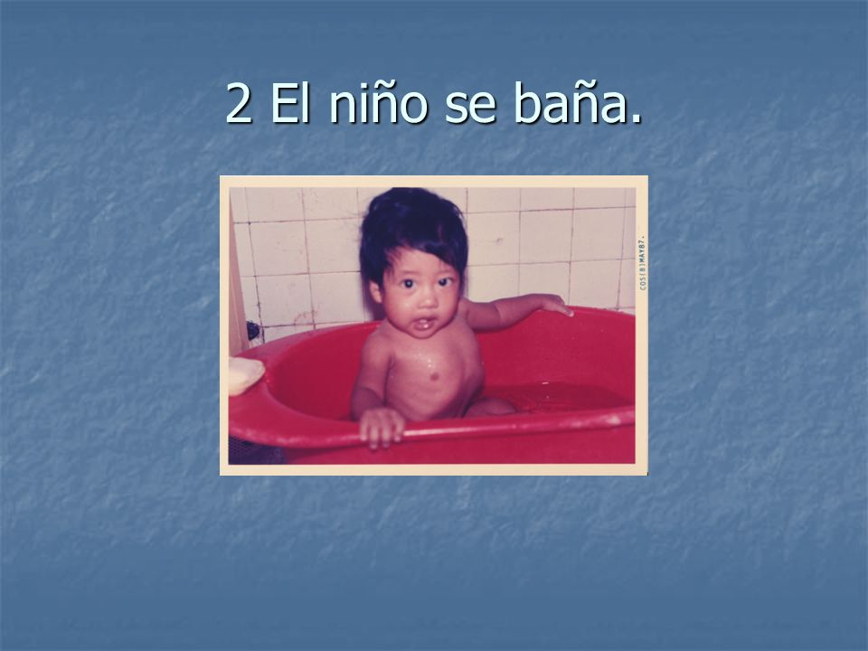 2 El niño se baña.