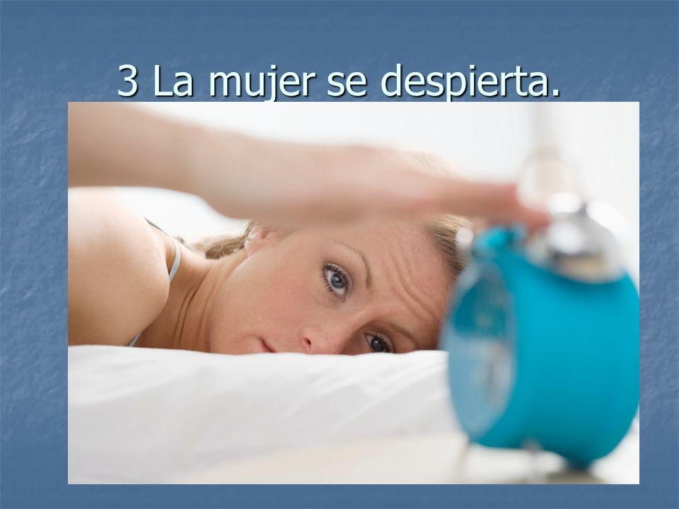 3 La mujer se despierta.