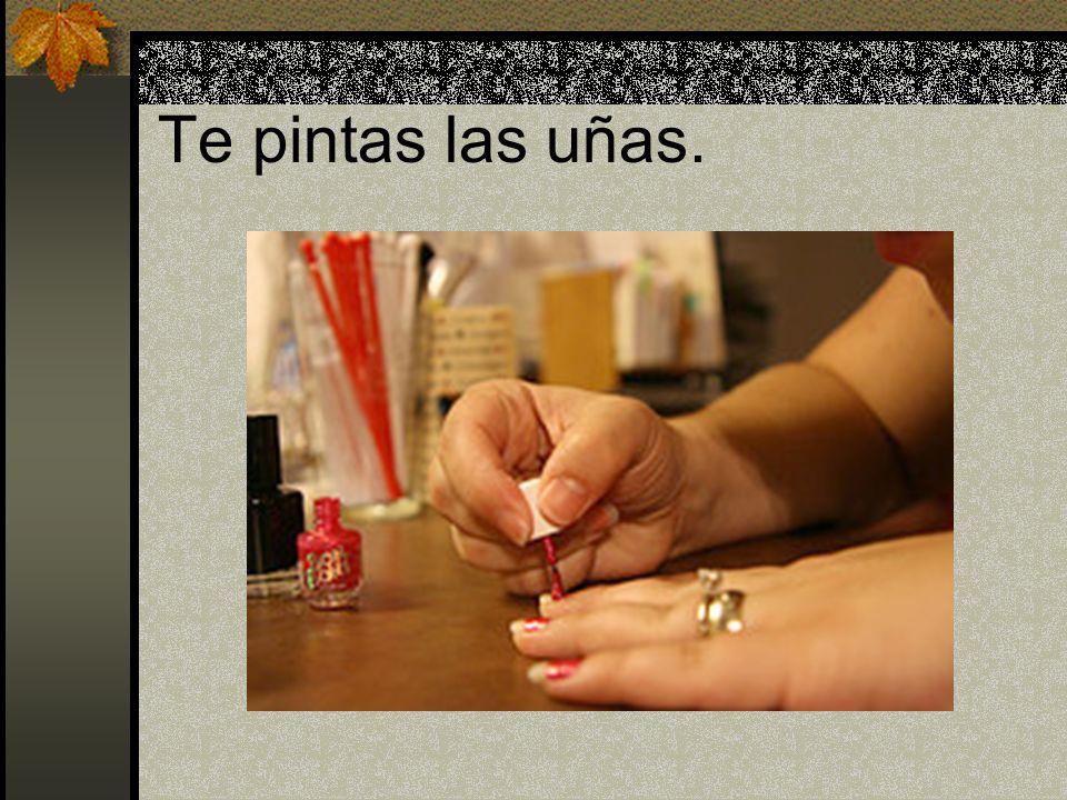 Te pintas las uñas.