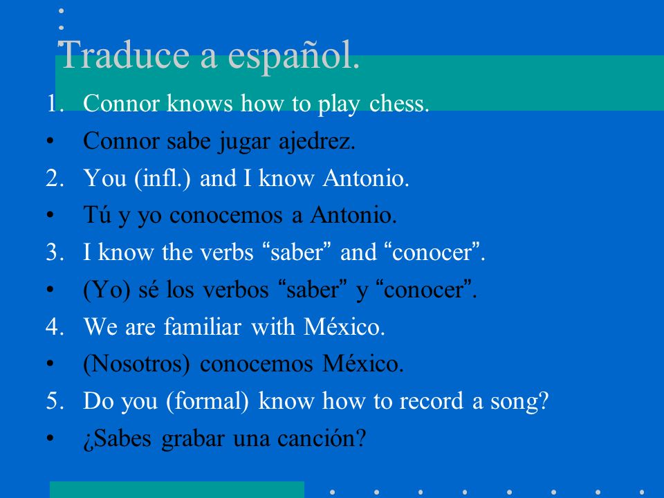 Traduce a español. Connor knows how to play chess.