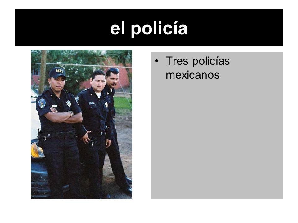 el policía Tres policías mexicanos