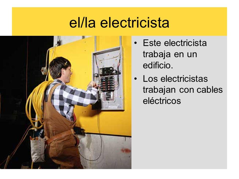 el/la electricista Este electricista trabaja en un edificio.