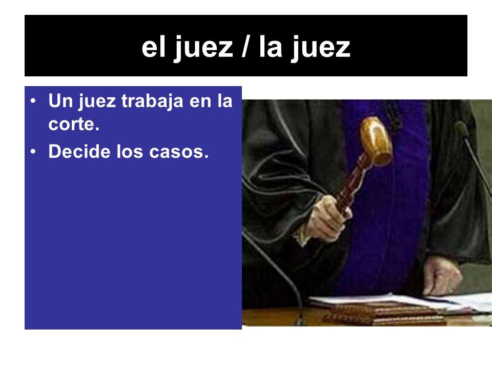 el juez / la juez Un juez trabaja en la corte. Decide los casos.