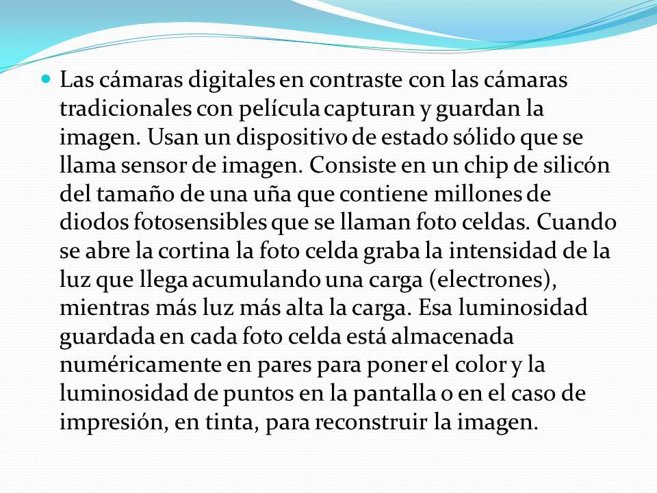 Las cámaras digitales en contraste con las cámaras tradicionales con película capturan y guardan la imagen.