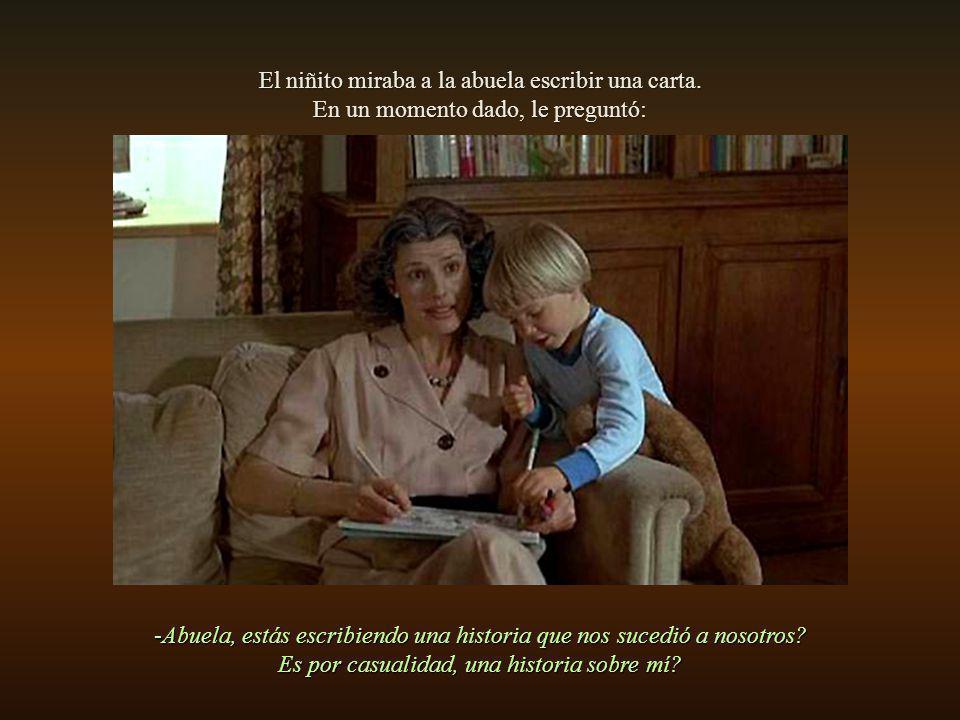 El niñito miraba a la abuela escribir una carta.
