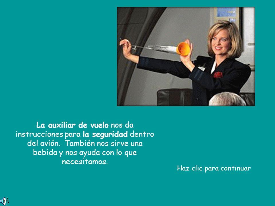 La auxiliar de vuelo nos da instrucciones para la seguridad dentro del avión. También nos sirve una bebida y nos ayuda con lo que necesitamos.
