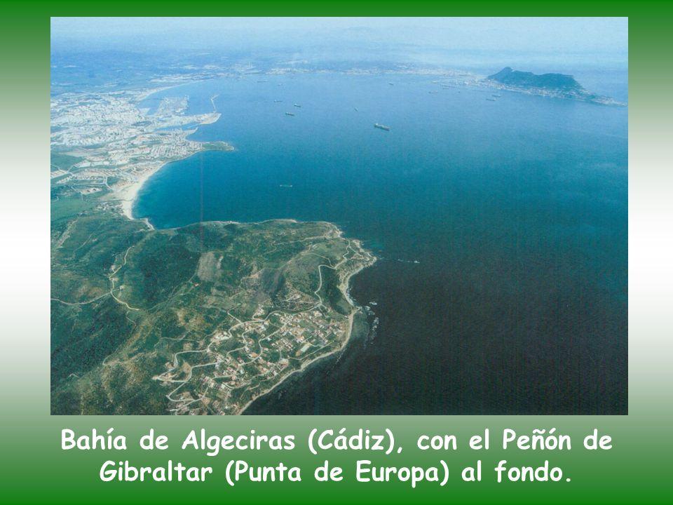 Bahía de Algeciras (Cádiz), con el Peñón de Gibraltar (Punta de Europa) al fondo.