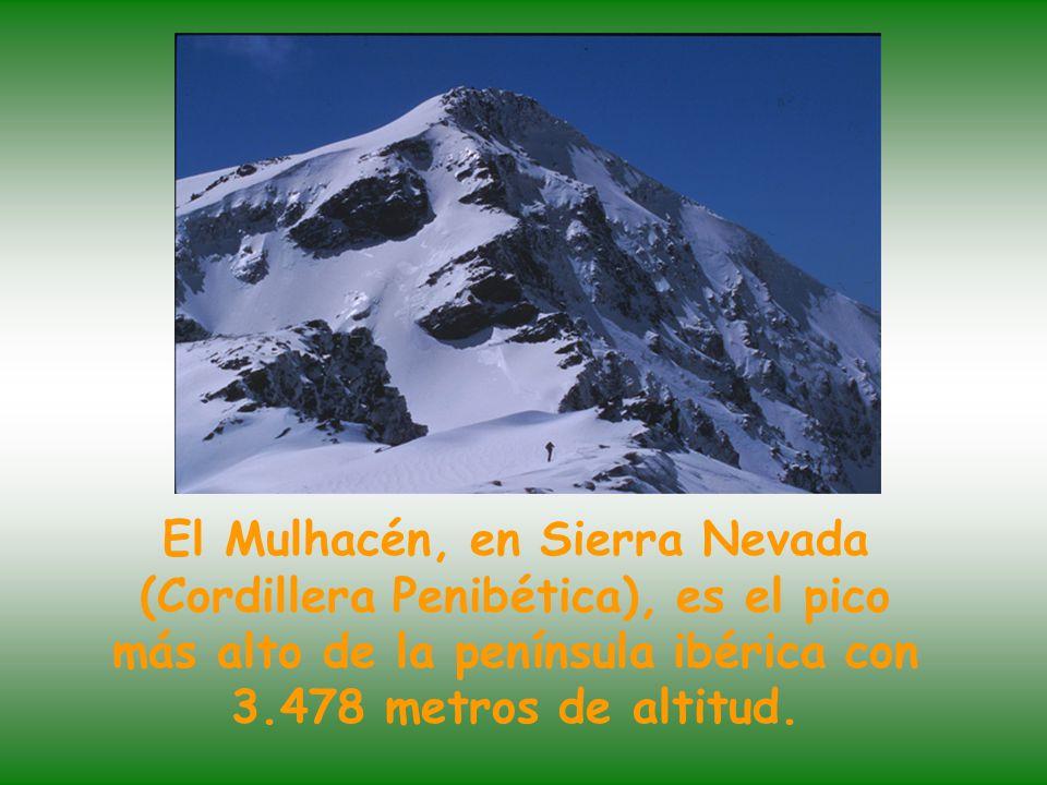 El Mulhacén, en Sierra Nevada (Cordillera Penibética), es el pico más alto de la península ibérica con 3.478 metros de altitud.