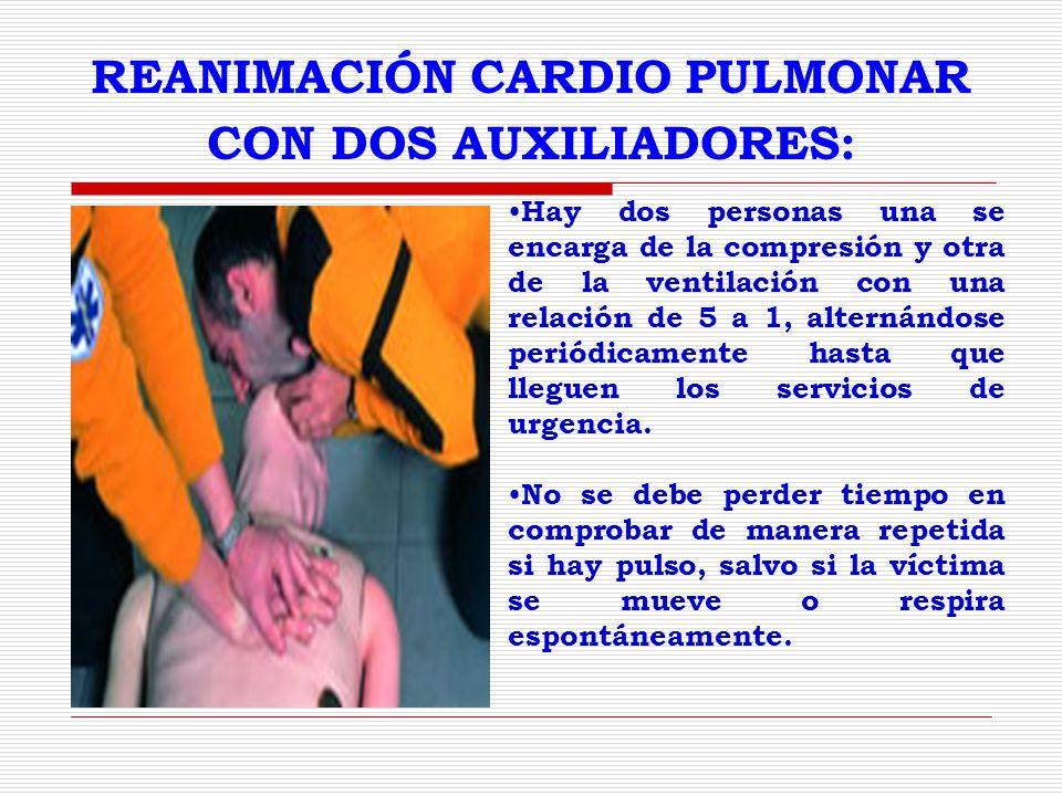 REANIMACIÓN CARDIO PULMONAR CON DOS AUXILIADORES: