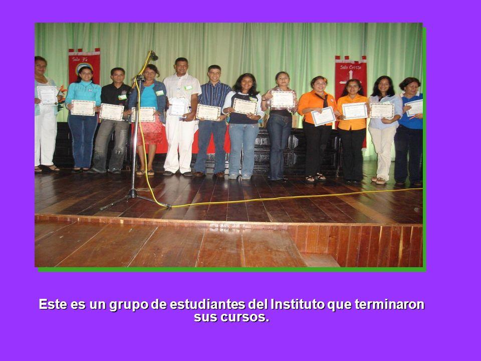 Este es un grupo de estudiantes del Instituto que terminaron sus cursos.