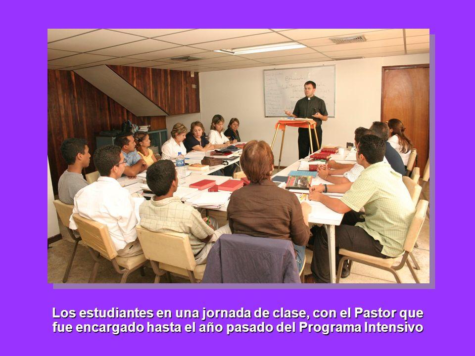 Los estudiantes en una jornada de clase, con el Pastor que