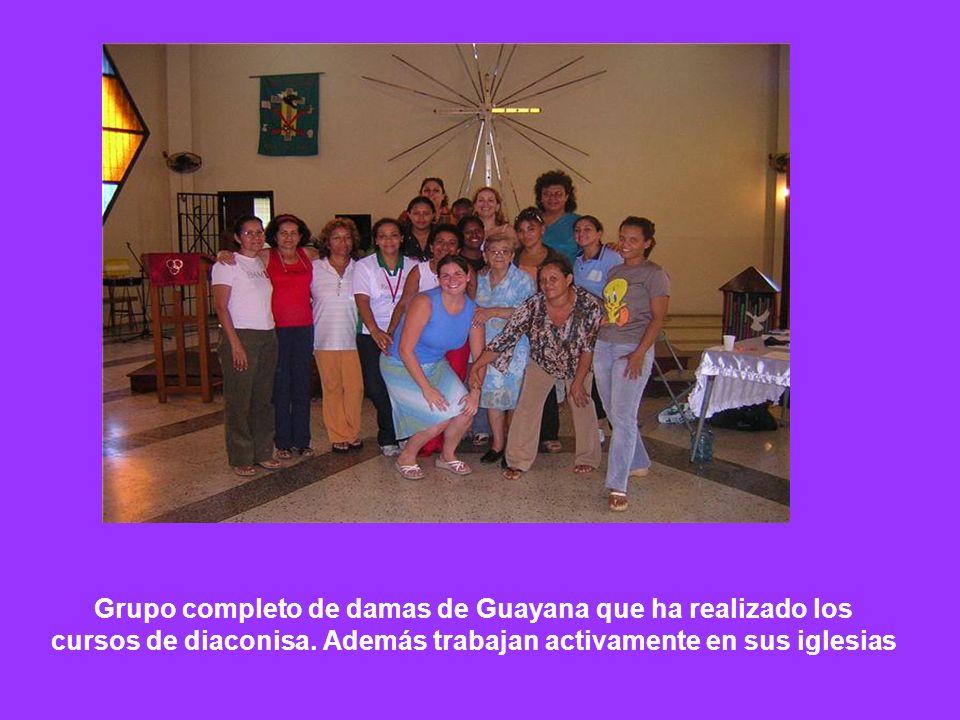 Grupo completo de damas de Guayana que ha realizado los cursos de diaconisa.