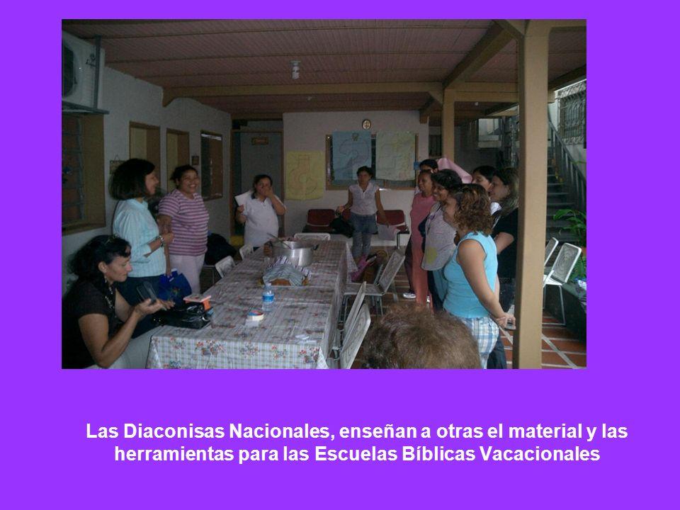 Las Diaconisas Nacionales, enseñan a otras el material y las herramientas para las Escuelas Bíblicas Vacacionales