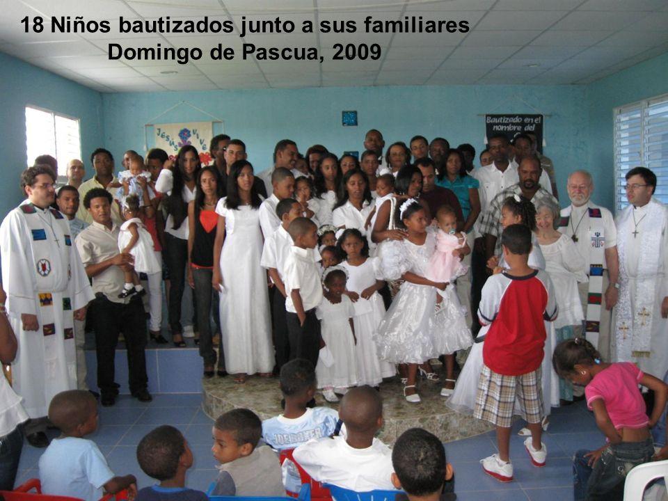 18 Niños bautizados junto a sus familiares