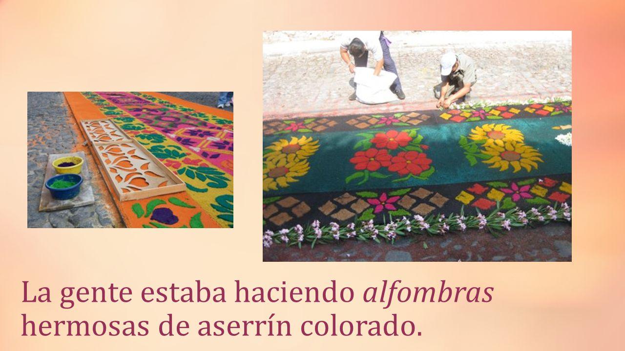 La gente estaba haciendo alfombras hermosas de aserrín colorado.
