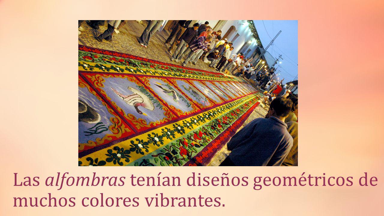 Las alfombras tenían diseños geométricos de muchos colores vibrantes.