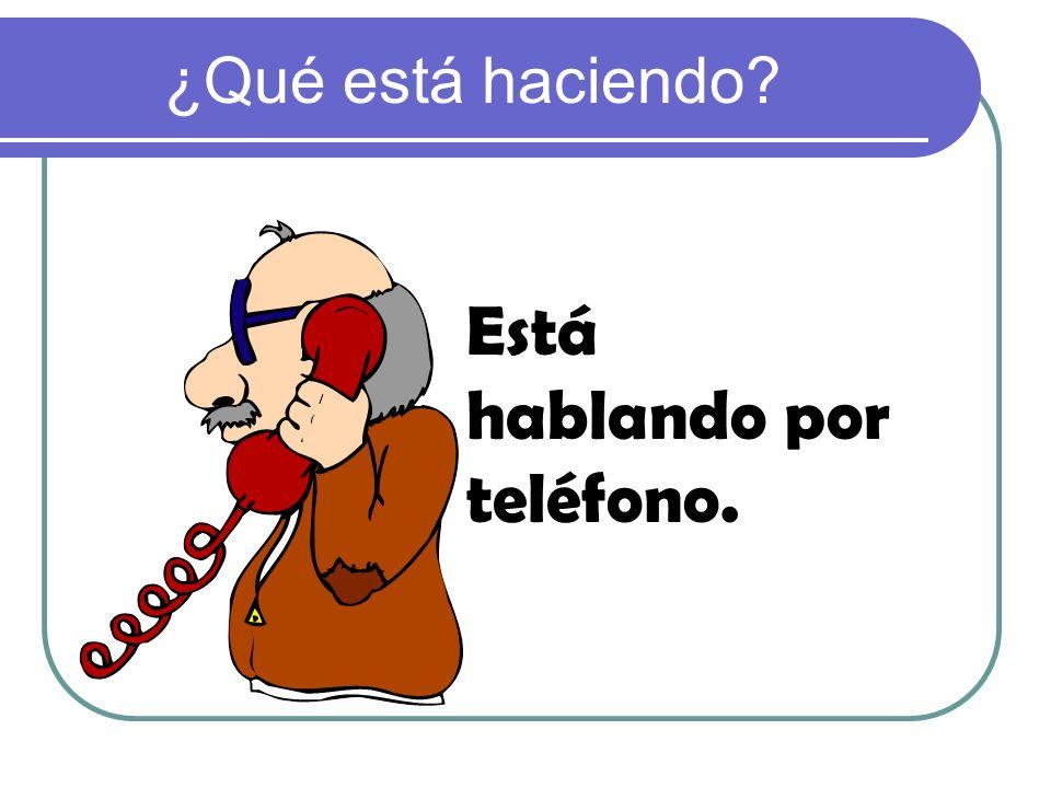 Está hablando por teléfono.