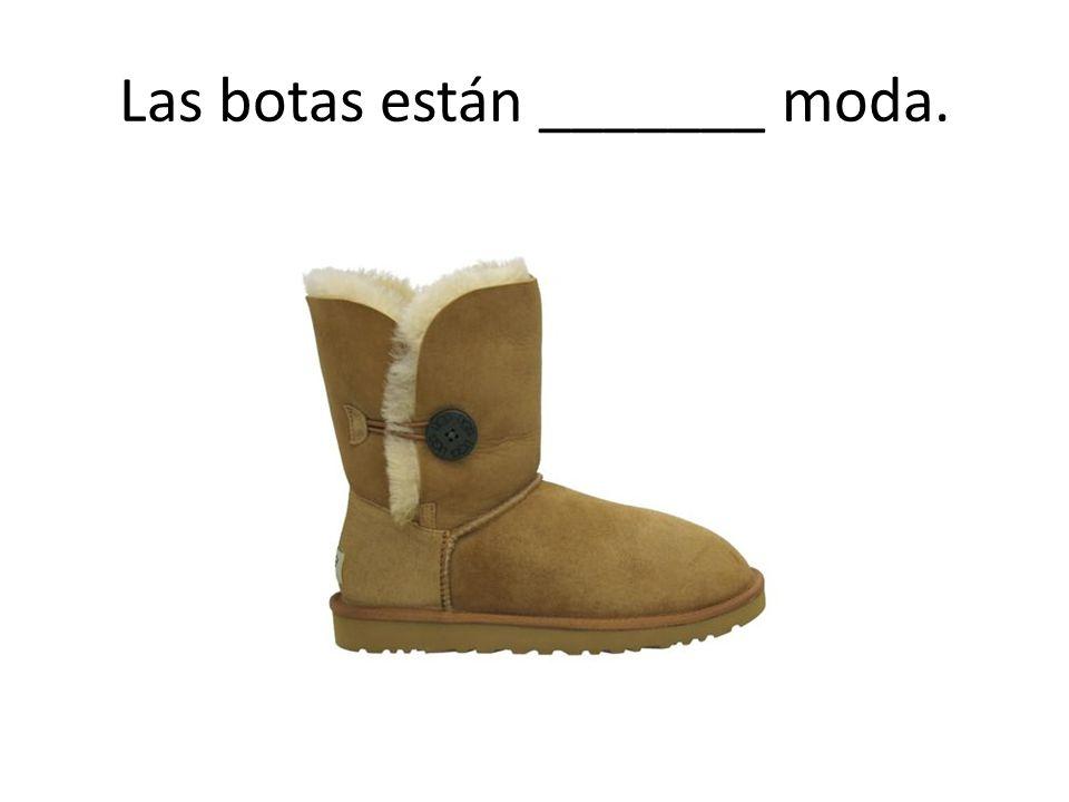Las botas están _______ moda.