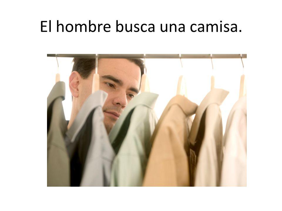 El hombre busca una camisa.