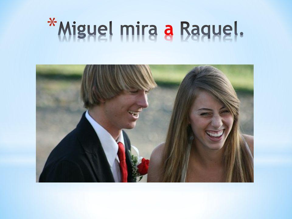 Miguel mira a Raquel.