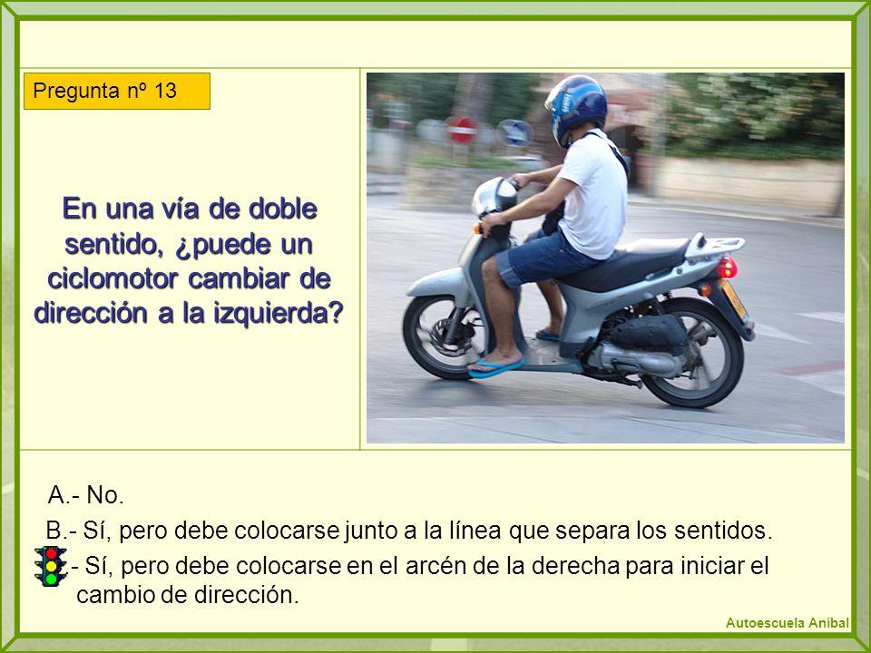 En una vía de doble sentido, ¿puede un ciclomotor cambiar de dirección a la izquierda