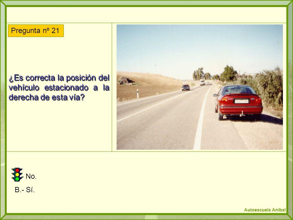 ¿Es correcta la posición del vehículo estacionado a la derecha de esta vía
