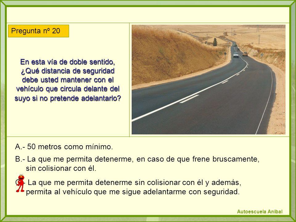 En esta vía de doble sentido, ¿Qué distancia de seguridad debe usted mantener con el vehículo que circula delante del suyo si no pretende adelantarlo