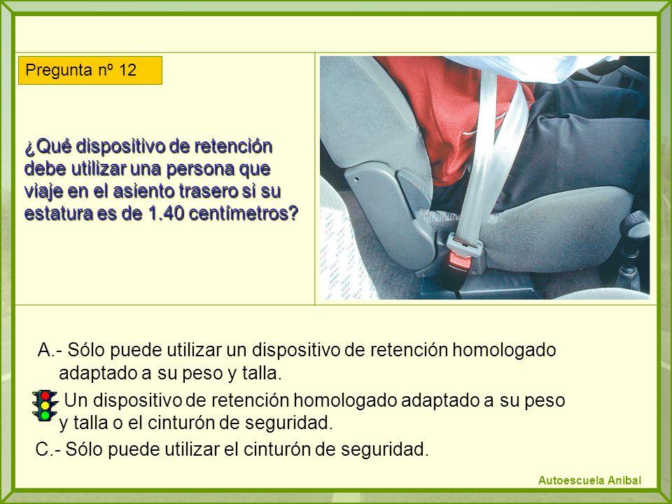 ¿Qué dispositivo de retención debe utilizar una persona que viaje en el asiento trasero si su estatura es de 1.40 centímetros