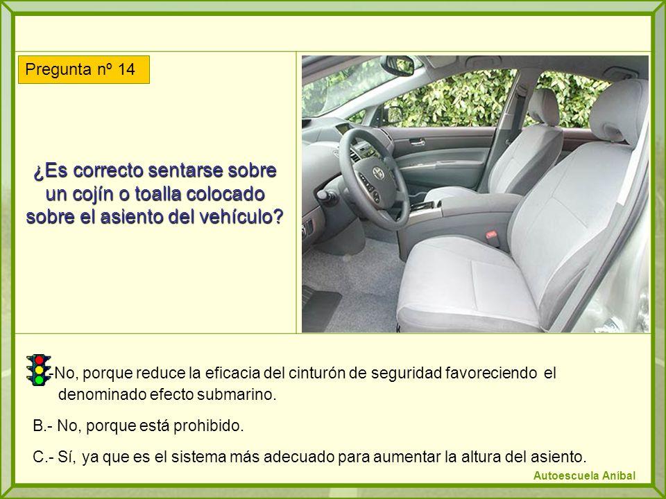 ¿Es correcto sentarse sobre un cojín o toalla colocado sobre el asiento del vehículo