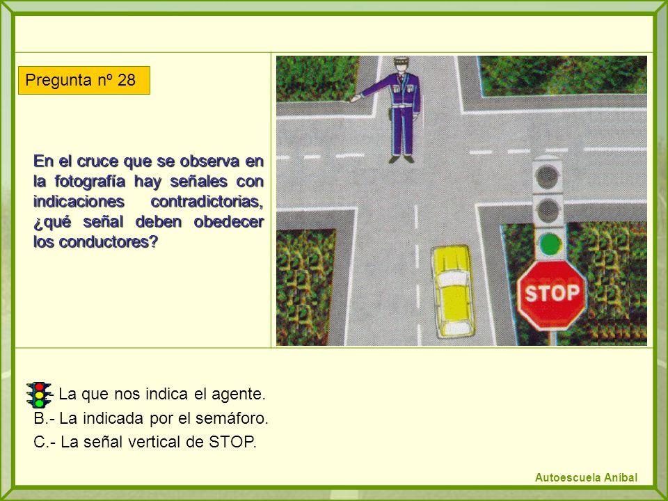 A.- La que nos indica el agente. B.- La indicada por el semáforo.