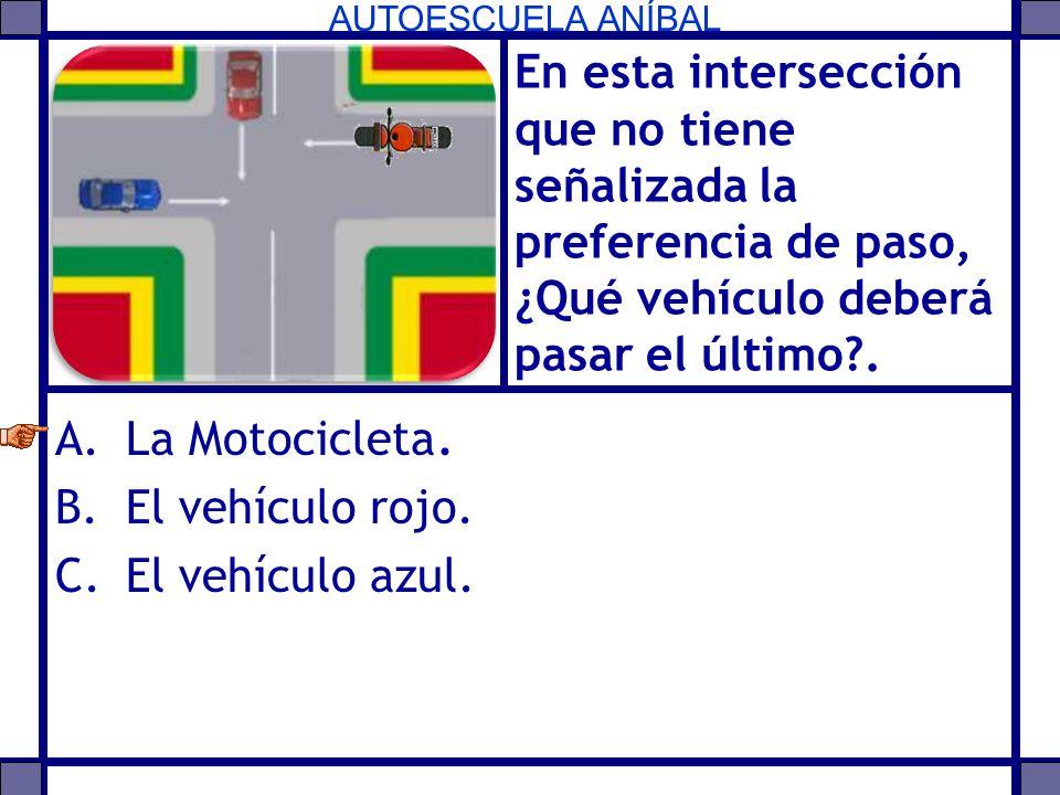 En esta intersección que no tiene señalizada la preferencia de paso, ¿Qué vehículo deberá pasar el último .