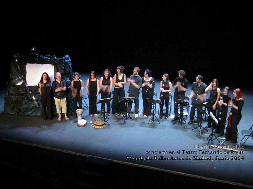 El grupo al completo concierto en el Teatro Fernando de Rojas.
