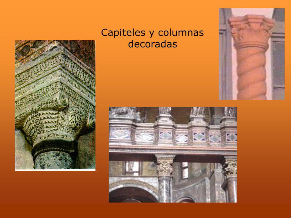 Capiteles y columnas decoradas