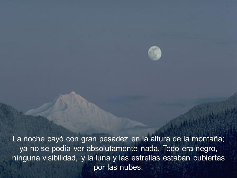 La noche cayó con gran pesadez en la altura de la montaña; ya no se podía ver absolutamente nada.