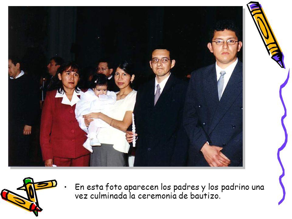 En esta foto aparecen los padres y los padrino una vez culminada la ceremonia de bautizo.