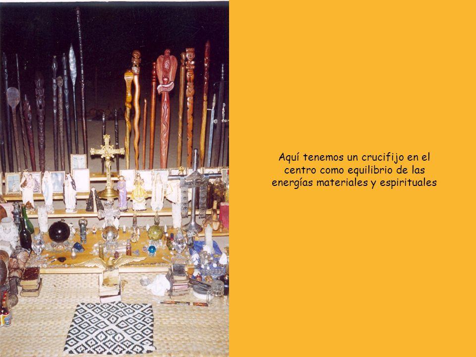 Aquí tenemos un crucifijo en el centro como equilibrio de las energías materiales y espirituales