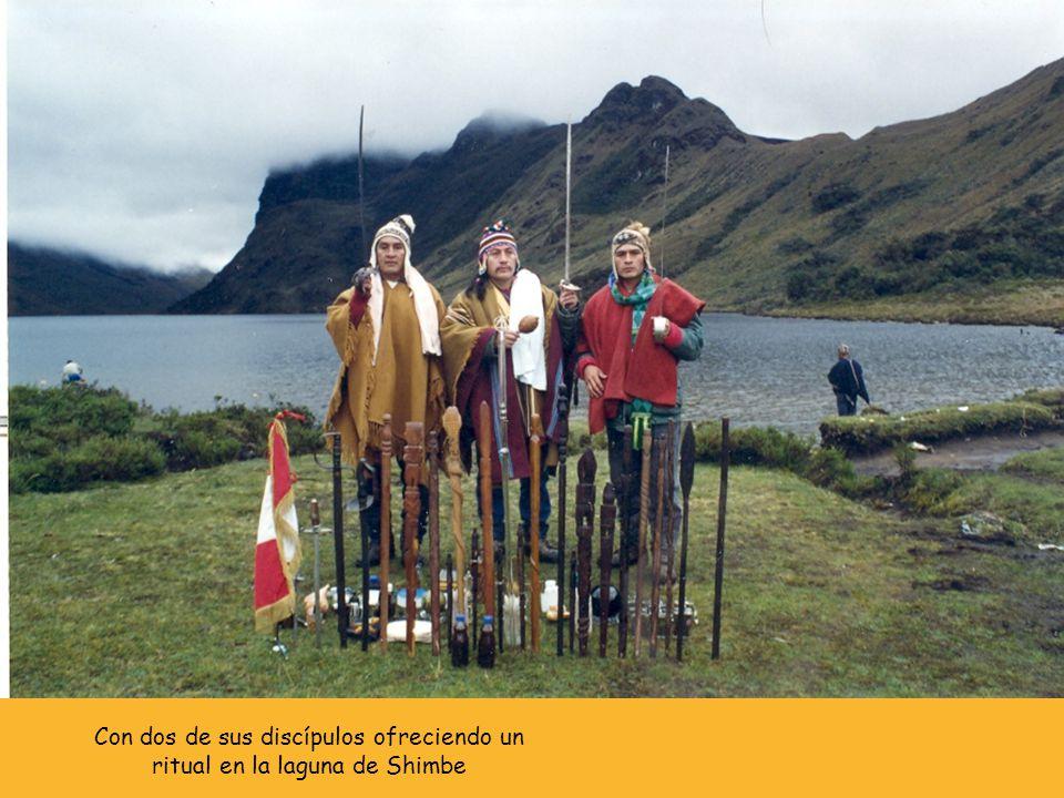 Con dos de sus discípulos ofreciendo un ritual en la laguna de Shimbe