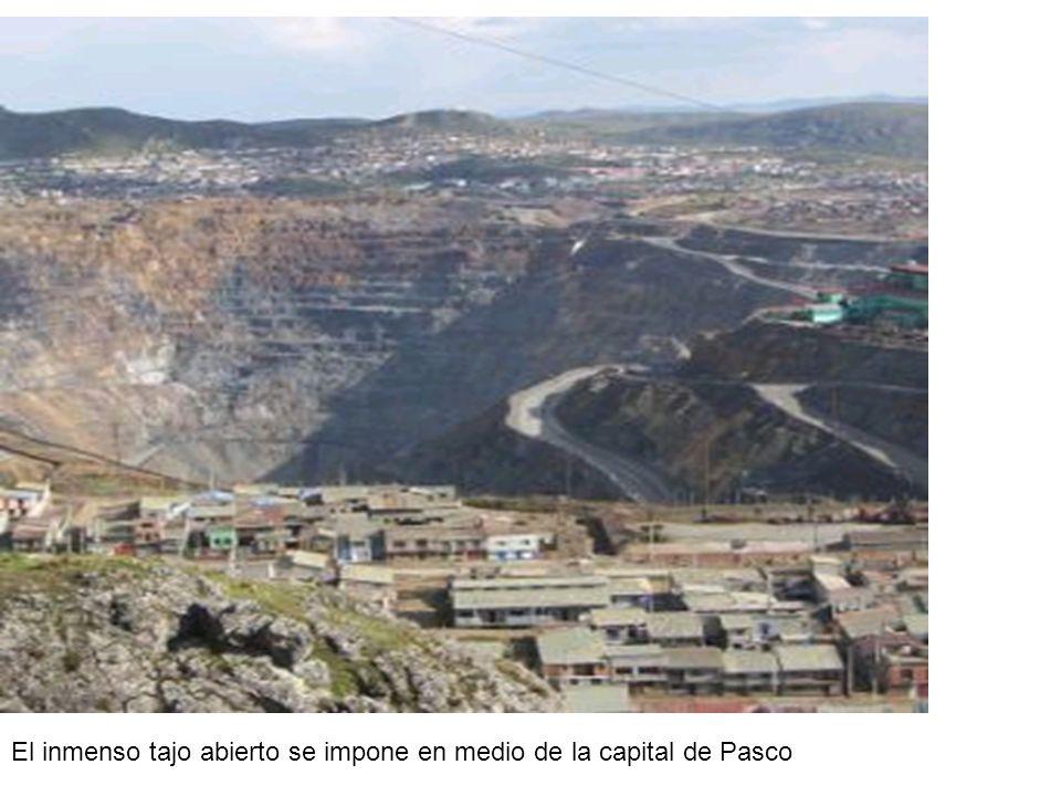 El inmenso tajo abierto se impone en medio de la capital de Pasco