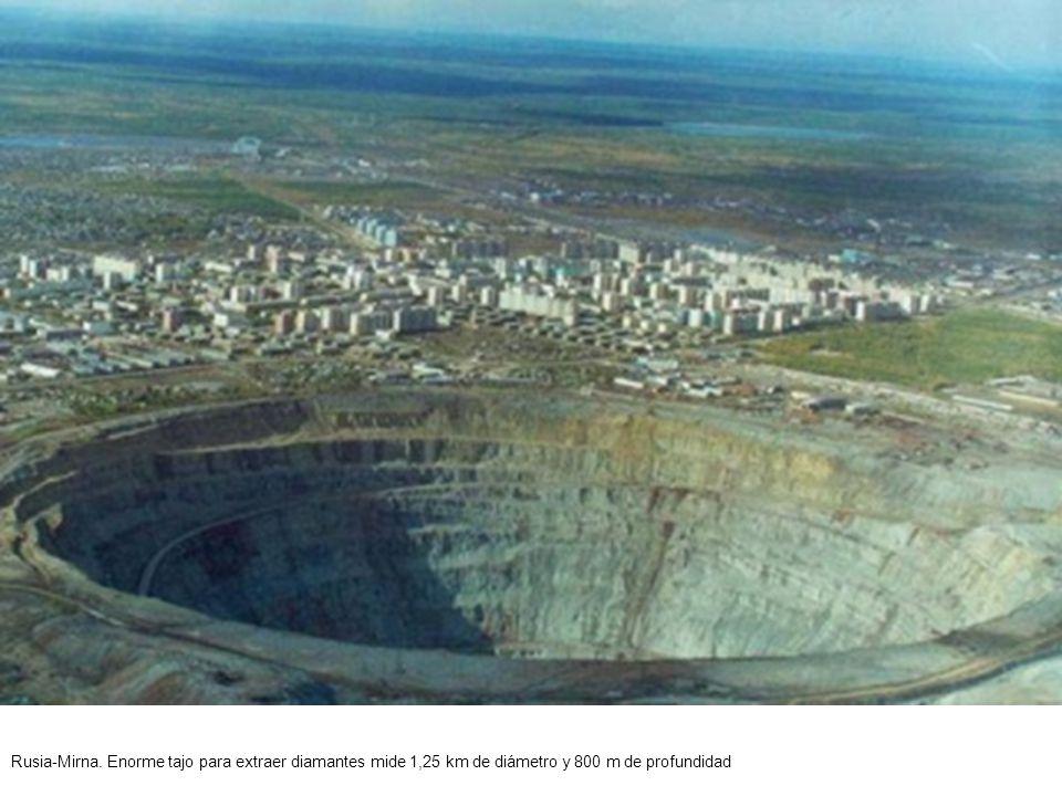 Rusia-Mirna. Enorme tajo para extraer diamantes mide 1,25 km de diámetro y 800 m de profundidad