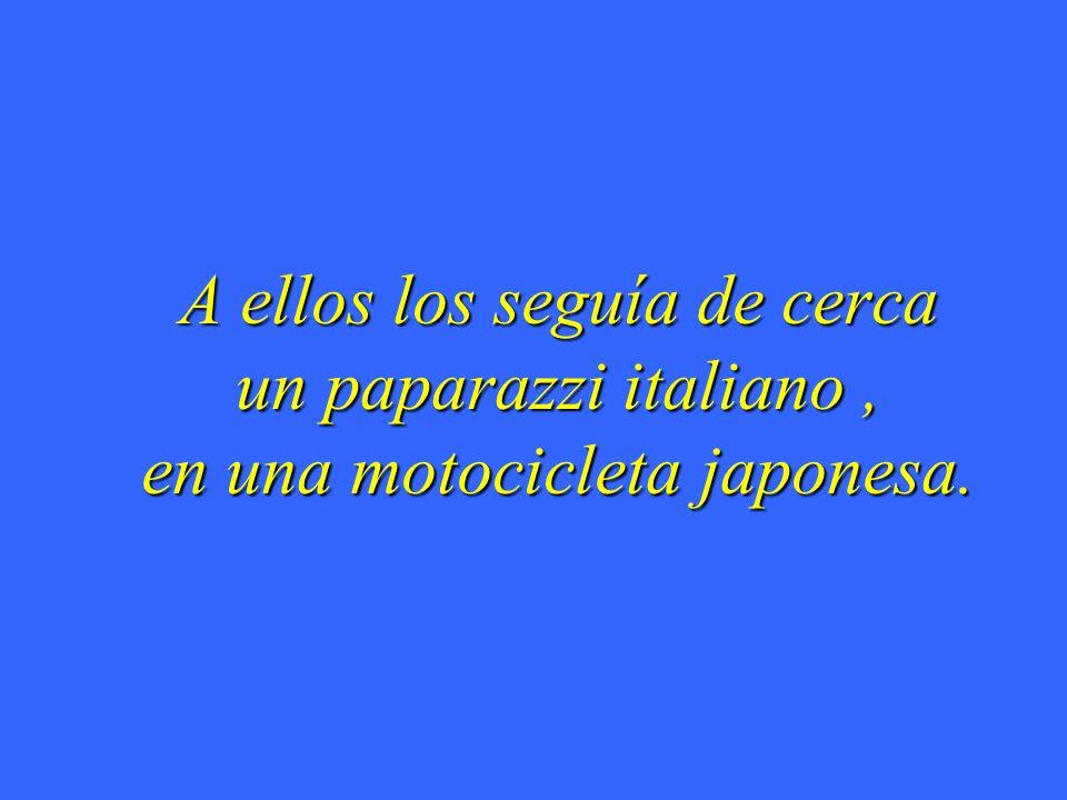 A ellos los seguía de cerca un paparazzi italiano , en una motocicleta japonesa.