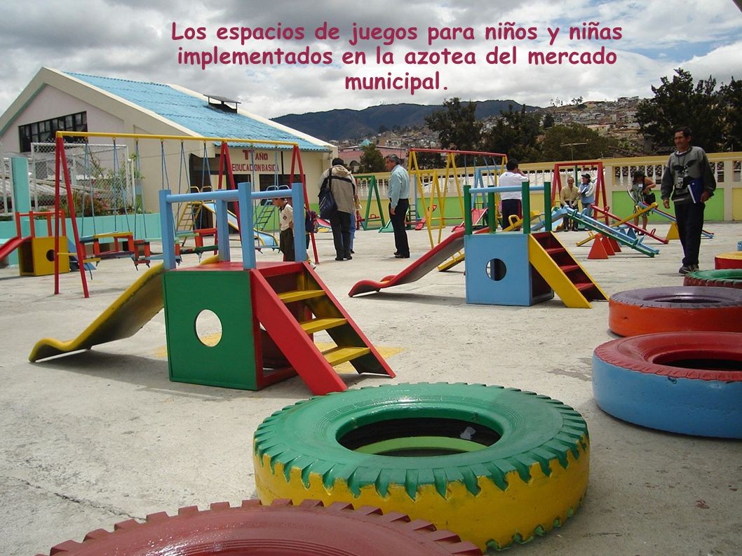 Los espacios de juegos para niños y niñas implementados en la azotea del mercado municipal.