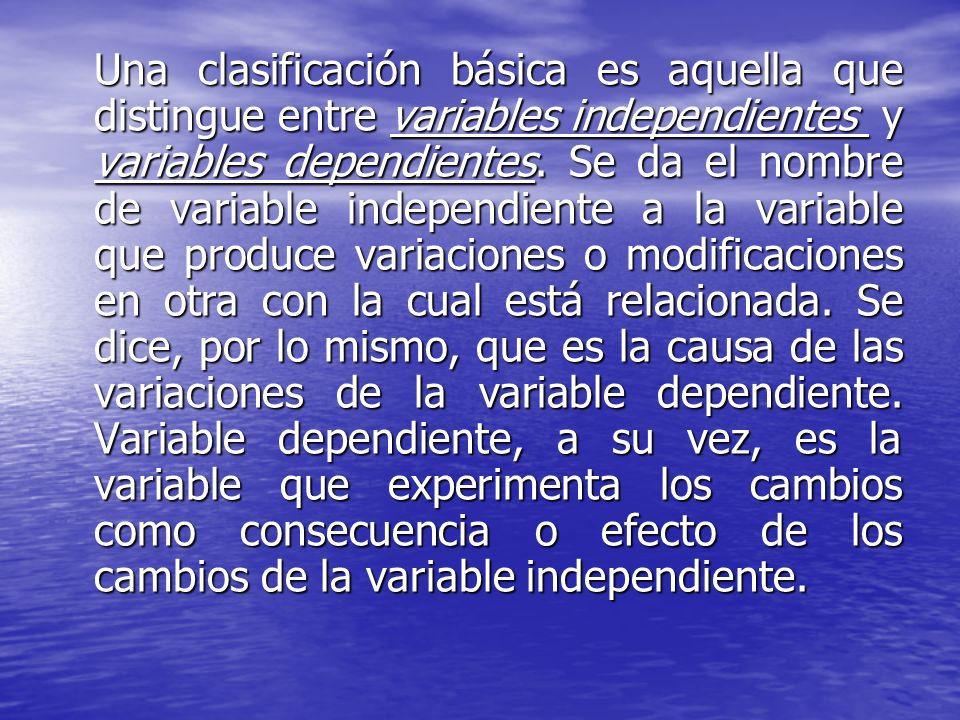 Una clasificación básica es aquella que distingue entre variables independientes y variables dependientes.