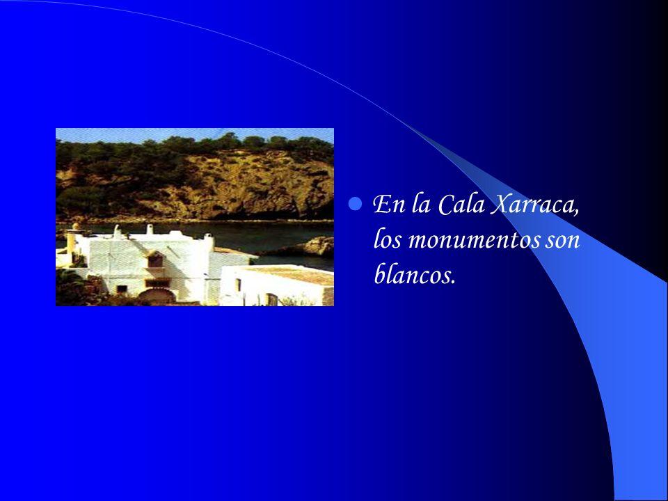 En la Cala Xarraca, los monumentos son blancos.